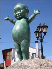 Estátua representando um Kewpie na Plaza Don Manuel Ramos Andrade - Navasfrías - Capeia Arraiana