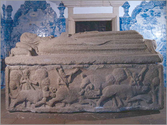 Túmulo de D. Pedro Afonso, 3.º Conde de Barcelos, filho natural do Rei D. Dinis - Igreja de S. João Baptista de Tarouca - 3,28m x 1,78m x 1,22m - Pesa 13 toneladas - Tem esculpidas cenas de caça ao javali. Nesta face, é cacada a pé. Na face de lá, é uma caçada a cavalo - Capeia Arraiana