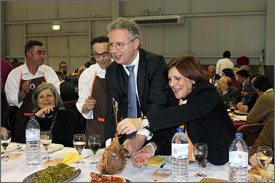 O Secretário de Estado Nuno Vieira e Brito, auxiliado pela confreira Delfina Leal, abre o primeiro bucho