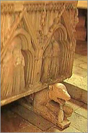 Pormenor do urso na base do Túmulo de D. Dinis no Mosteiro de São Dinis em Odivelas - Maria Máxima Vaz - Capeia Arraiana