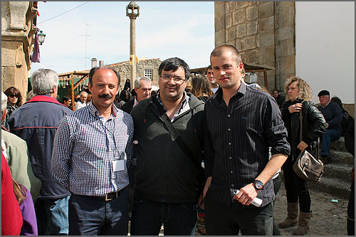 À direita Amílcar Almeida, o jovem que mobilizou gente e meios para manter a tradição