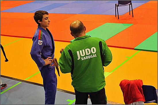 Emanuel Martins recebendo instruções do seu treinador, David Carreira
