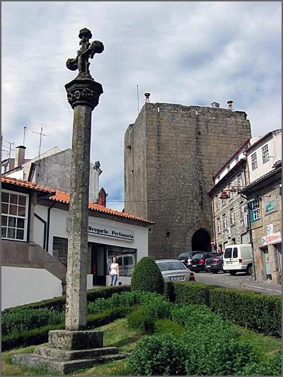 Pelourinho e Torre dos Ferreiros ao fundo
