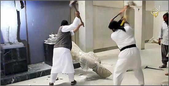 Membros do «Estado» Islâmico destruindo estátuas milenares