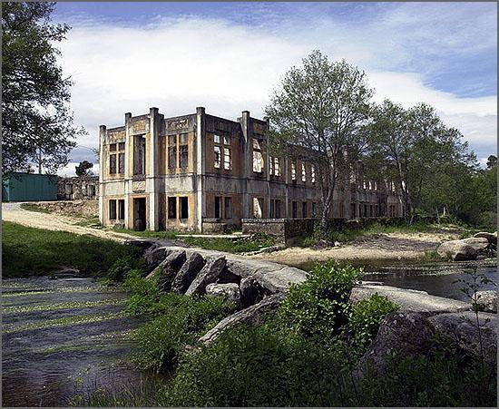 O pontão e as ruínas do antigo balneário apalaçado