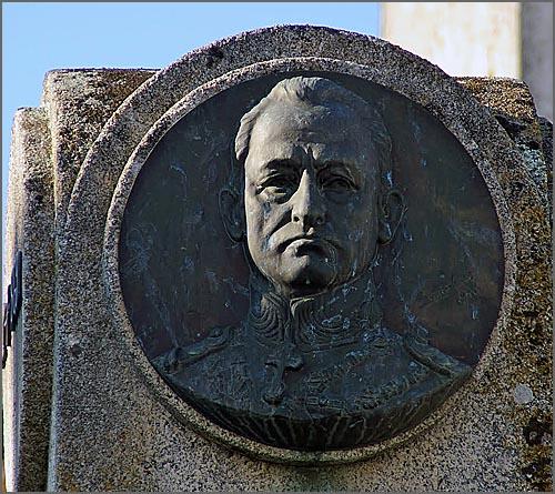 O general Farinha Beirão nasceu há 146 anos em Pinhel (foto do monumento em sua memória)