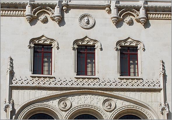 Pormenor com os medalhões da fachada da Estação do Rossio - Capeia Arraiana