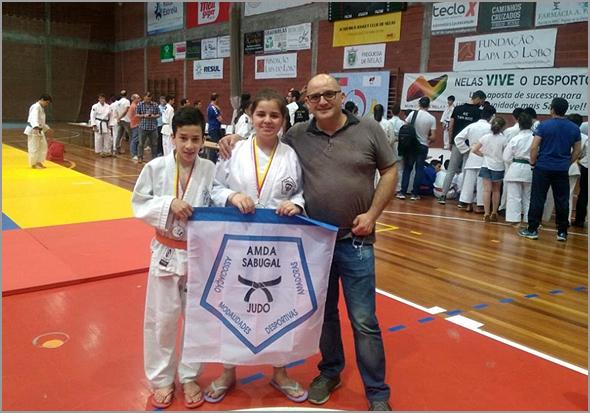 Judocas do Sporting Clube do Sabugal com o treinador David Carreira em Nelas - Capeia Arraiana