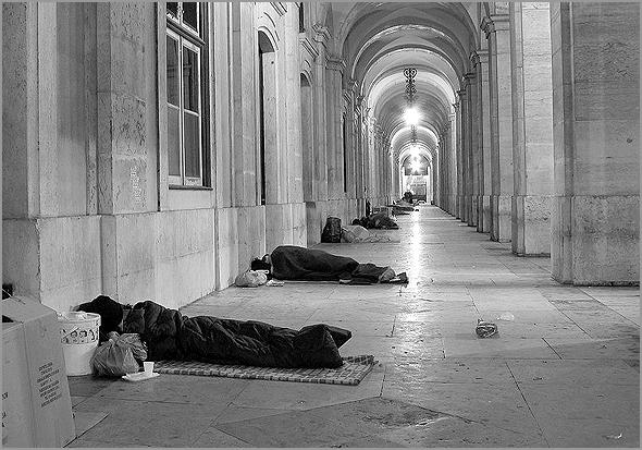 Sem-abrigo numa das galerias da Praça do Comércio, em Lisboa