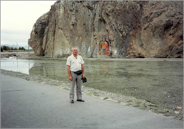 Franklim junto a uma gruta na montanha com a imagem dum Buda