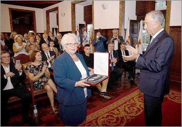 Dona Judite recebe as insígnias de Comendador da Ordem de Sant'Iago da Espada