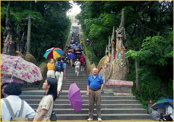 Franklim frente à escadaria do templo da montanha