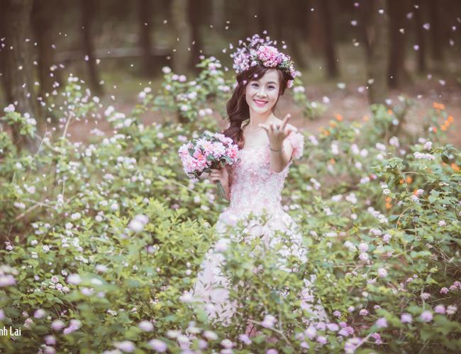 Thiếu nữ 18 tuổi khoe dáng nuột nà với váy cưới