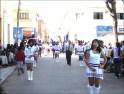 Simpáticas guaripoleras del colegio de Irpa Irpa marchan cadenciosamente al ritmo de su banda de música