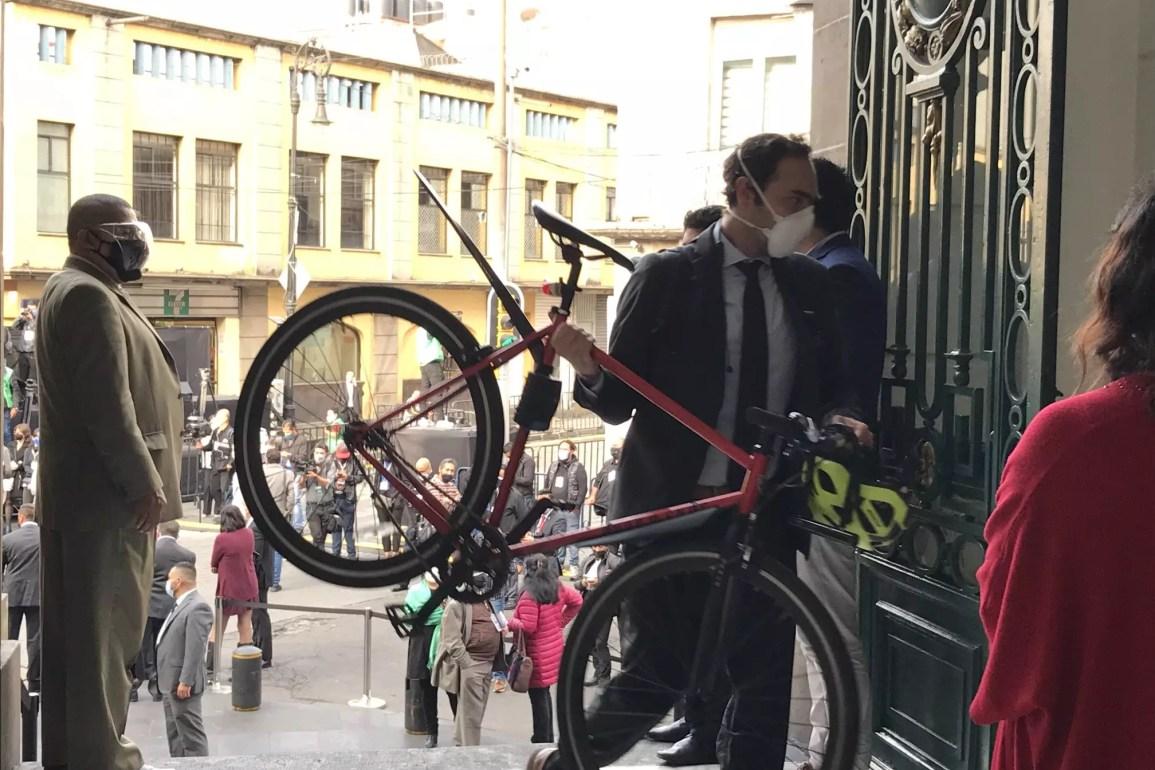 Repudio en redes contra Lajous por guardar su bici en el Congreso CDMX