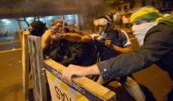 Manifestantes em confronto com a polícia