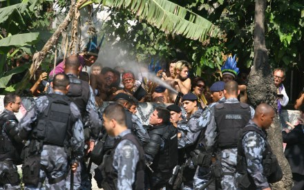Polícia Militar usa spray de pimenta contra manifestantes que resistem à desocupação da Aldeia Maracanã.