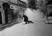 Manifestante arrastado por policiais. (foto: Evandro Teixeira)