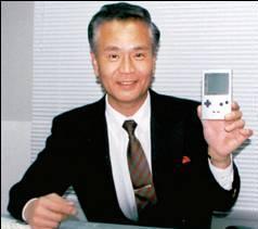 Gunpei Yokoi mostrando el Game Boy