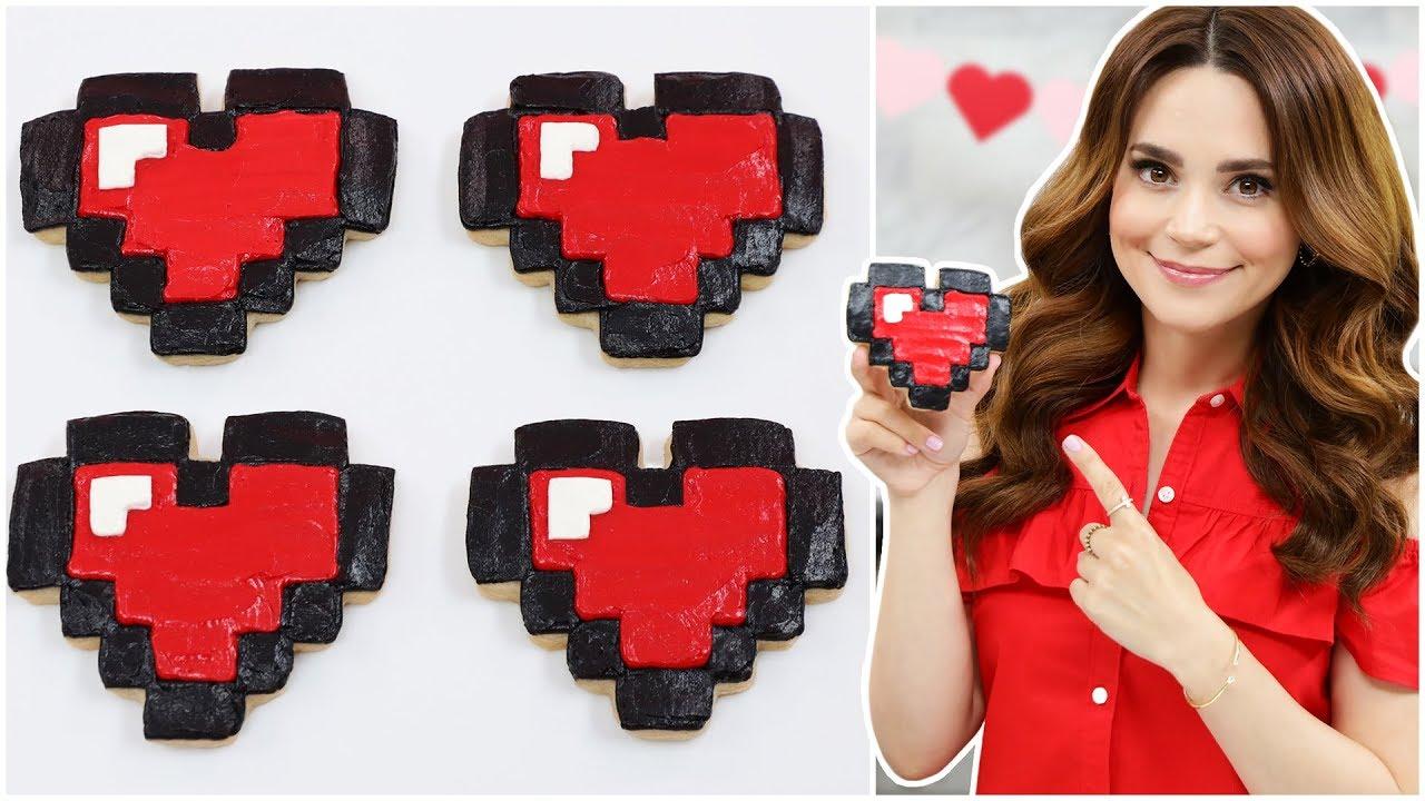 Galletas de canela con forma de corazón de pixel