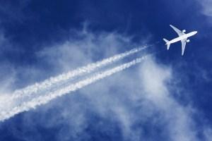 Estelas blancas que dejan los aviones: por qué se producen?