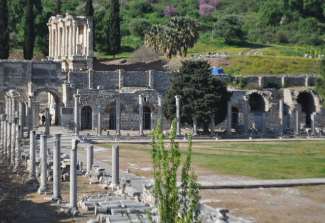 ephesus_library_portraitsofelegance_april2017_viaarcadiana-740x440