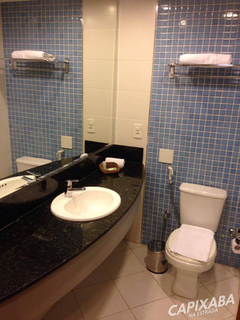 """O Banheiro conta com uma pia bem ampla e secador de cabelo. Achei o espaço até relativamente """"grande"""" para banheiro de hotel."""