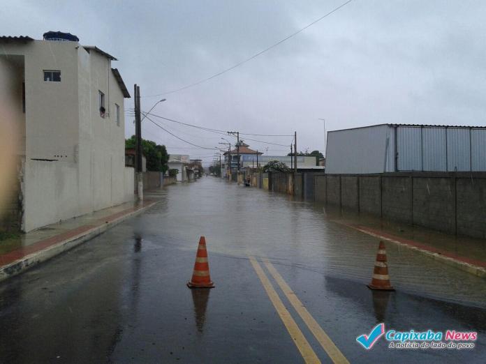 Chuva forte causa alagamentos em Linhares