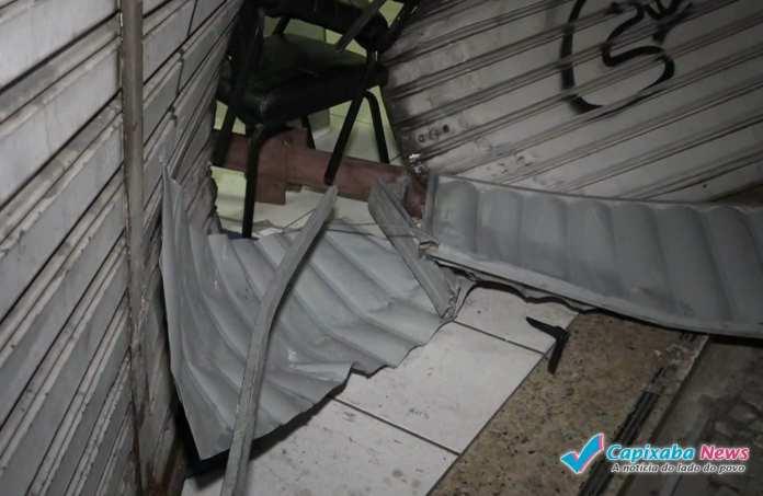 Criminosos arrombam loja em Vitória com carro