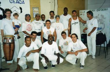 Grupo de aprendizes de capoeira CEACA, Crusp, 2000.