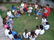 Roda de conversa no gramado da escola.