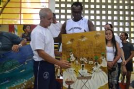 Mestre Dorival recebe de Paulinho Baraúna homenagem dos alunos e professores do CEACA. EMEF Amorim Lima, dez/2013