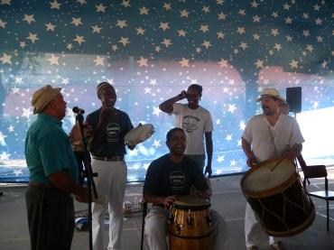 Durval do Coco canta acompanhado de mestre Alcides, Pança, Baraúna e Paulo Dias.