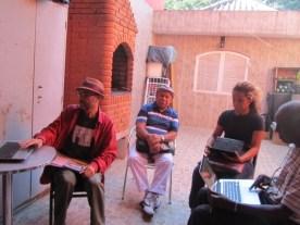Durval de coco se apresenta para o grupo, cantando breve coco.