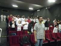 Todos juntos cantam o hino nacional na Abertura do evento.