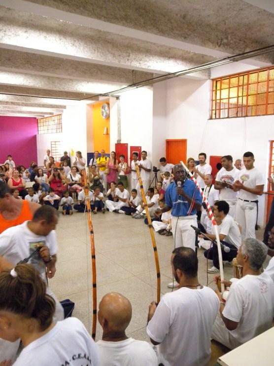 Mestre Alcides coordena Rodas de capoeira abertas à comunidade em geral.