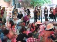 Muita alegria e dança no pé.