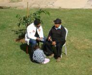 Conversa de Rodrigo e Sr. Durval do Coco no jardim da casa