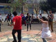 Valter e Mariana dançam Maculelê