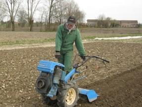 Andrea prepara il terreno per le piantine