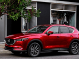 Mazda CX-5 2019 Crossover circulando por las calles de la ciudad