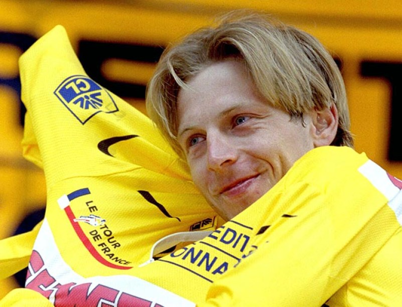 """Evgeni Berzin of Russia smiles as he wears the leader's yellow jersey after the 30,5km time trial 8th stage of the 83rd Tour de France between Bourg-Saint-Maurice and Val d'Isere, July 7. Evgeni Berzin of russia won the stage in 51'53"""". - RTXGP1P"""