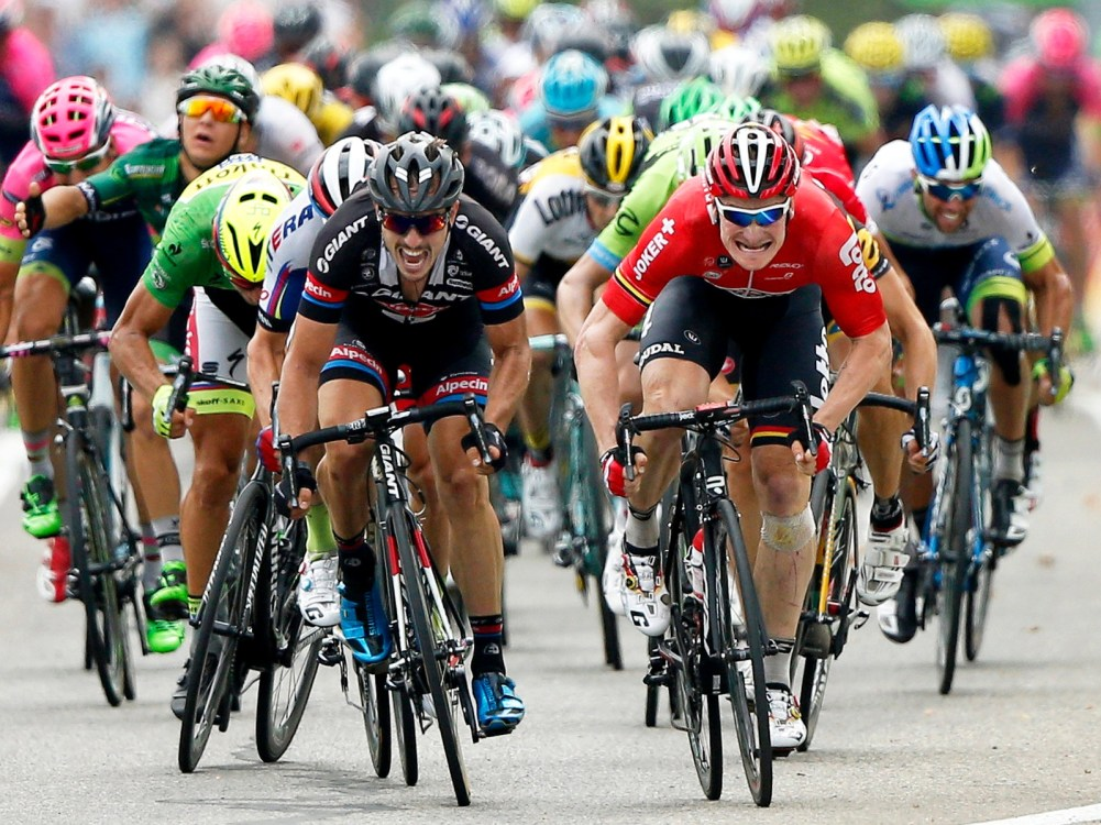 (File) Lotto Soudal team rider Andre Greipel (R) of Germany and Team Giant Alpecin rider John Degenkolb (L) of Germany sprint to the finish line of the 15th stage of the 102nd edition of the Tour de France 2015 cycling race over 183km between Mende and Valence, France, 19 July 2015. Greipel won ahead of second placed Degenkolb. EPA/YOAN VALAT (zu dpa «Degenkolb und Greipel: Rad-Doppelspitze für WM-Titel» am 25.09.2015) +++(c) dpa - Bildfunk+++
