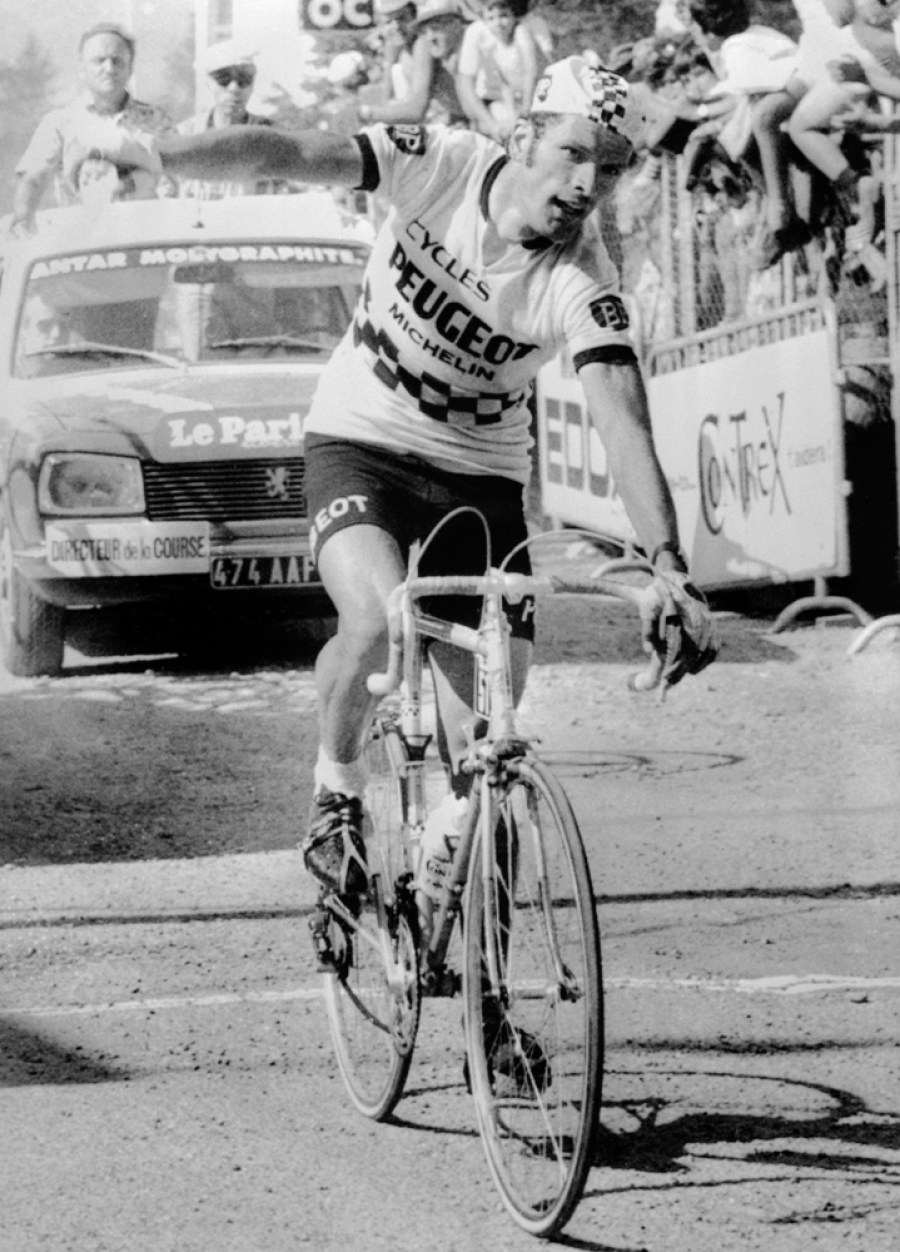 Le coureur cycliste français Bernard Thévenet remporte la 15e étape du Tour de France entre Nice et Pra-Loup le 13 juillet 1975.