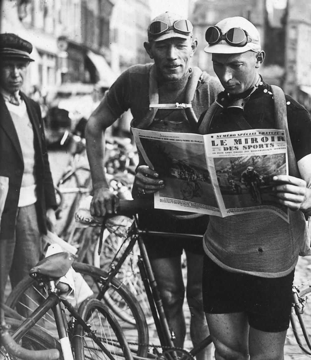 lisant le Miroir des Sports avant le départ sport frantz (nicolas) van bruaene (armand)