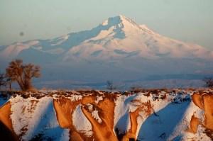 Вид вулкана Эрджиес из Каппадокии зимой