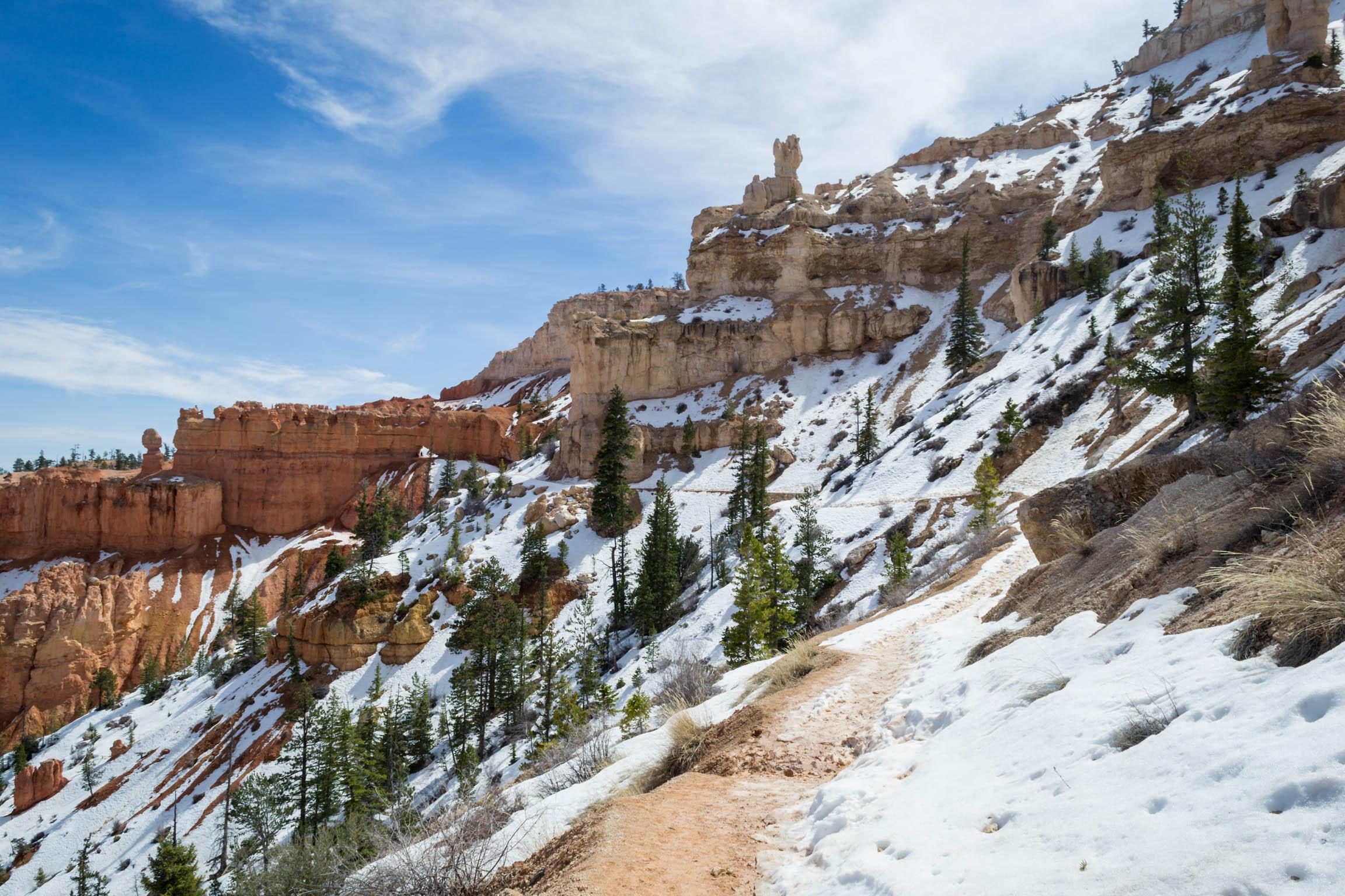 Le sentier est encore recouvert de neige par endroits, les glissades sont nombreuses !