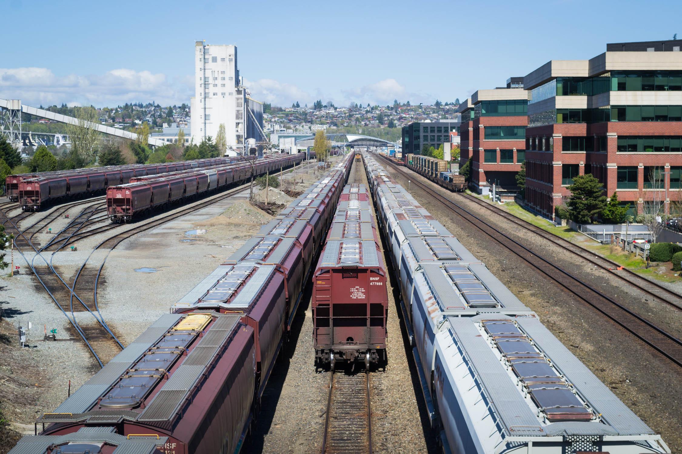 Une gare de triage avec des trains suuuuuper longs