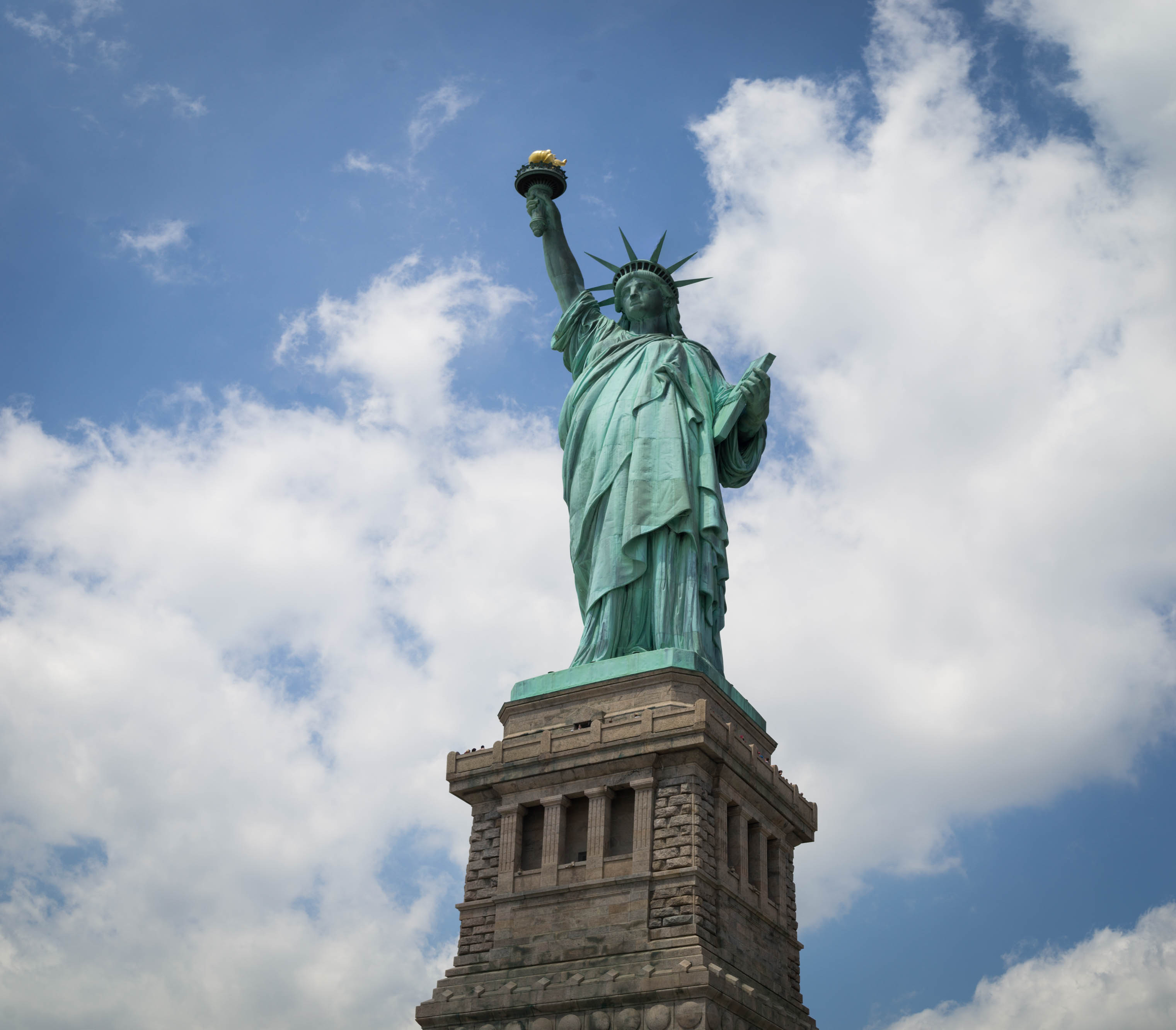 La statue de la Liberté tenant le flambeau et la table de la loi