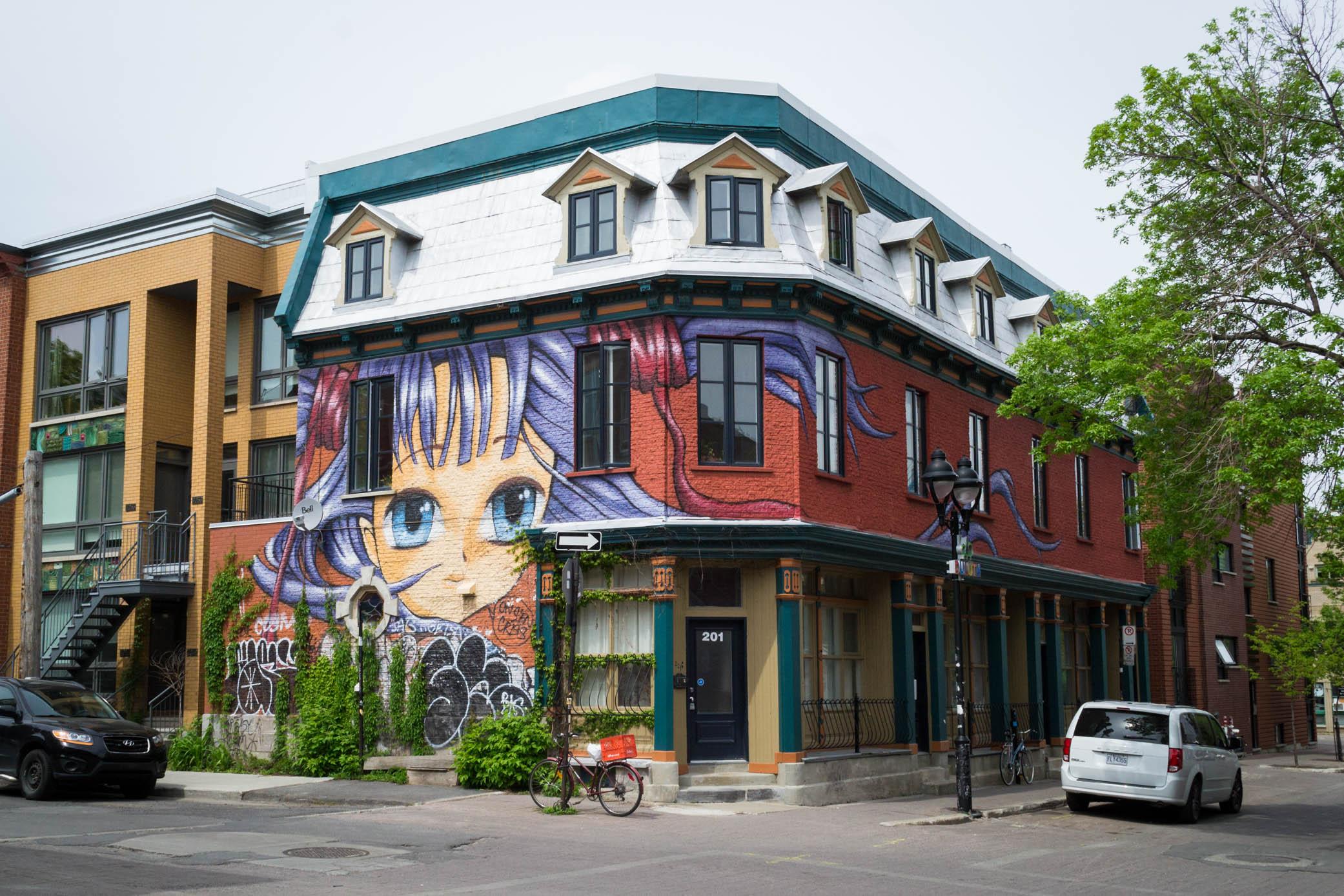 Un bâtiment décoré faisant l'angle de la rue